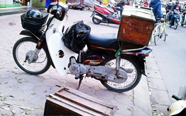 Người có điều kiện hơn thì sắm được chiếc xe máy cũ để đi làm.