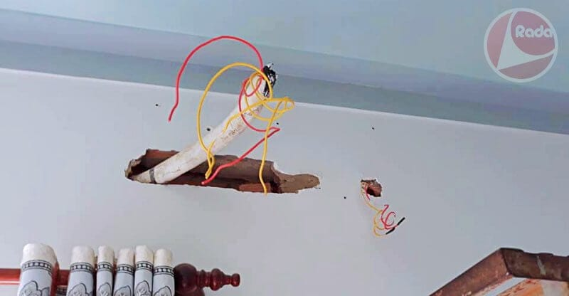 Đục tường để tách xa khoảng cách giữa ống đồng và nguồn điện