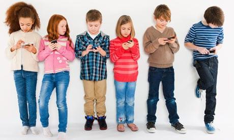 Trẻ em sử dụng điện thoại