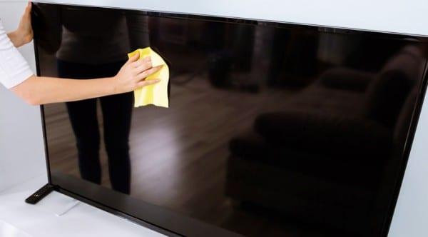 Lau chùi tivi đúng cách