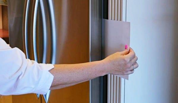 Dùng một tờ giấy để kiểm tra xem cánh cửa tủ lạnh đã đóng kín hay chưa