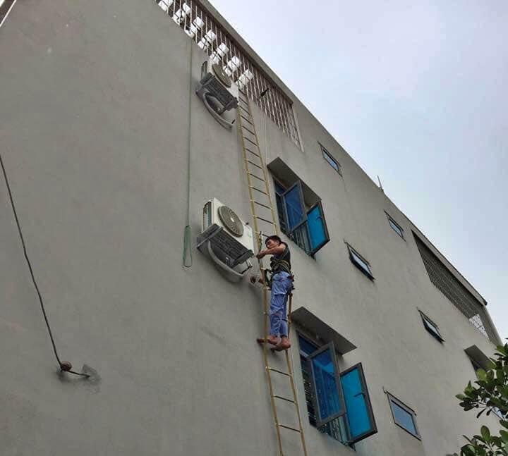 Cao cao, bên cửa sổ, có anh thợ đu dây Đường phố ơi, lay thật khẽ cho anh đỡ giật mình :)