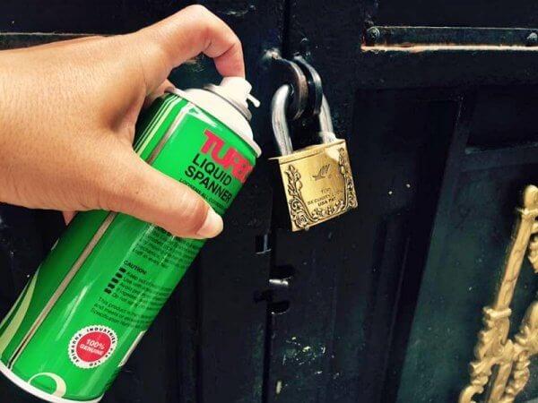 Sử dụng bình xịt rp7 bôi trơn ổ khóa