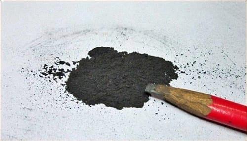 Dùng bột than chì đổ vào ổ khóa để bôi trơn