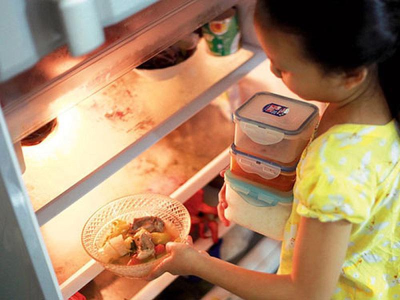 Không cần thiết để nguội hẳn mới cho thực phẩm vào tủ.