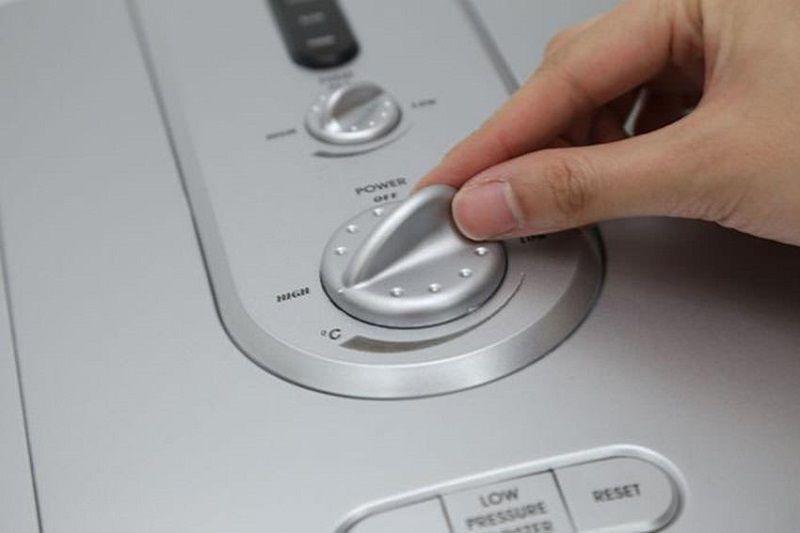 Nhớ tắt nguồn điện vào máy trước khi thao tác