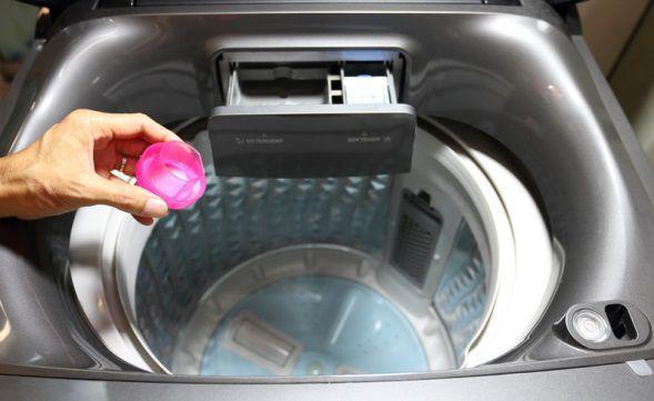 Cho nước giặt và nước xả vào đúng khay chuyên dụng, tránh đổ thẳng lên quần áo sẽ bị đồng đều