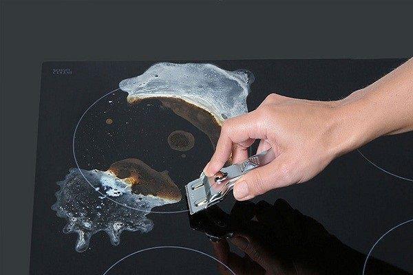 Loại bỏ vết cháy khô cứng trên mặt bếp dễ dàng với dụng cụ cạo bếp chuyên dụng