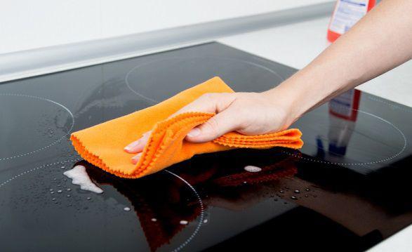 Các bước vệ sinh bếp từ và bếp điện có mặt sứ hoặc mặt kính sẽ tương tự nhau