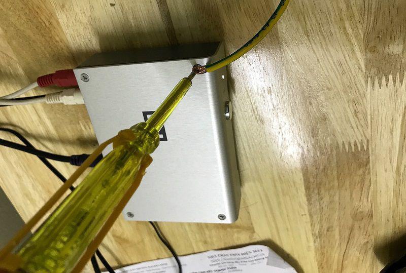 Bút thử điện sẽ sáng đèn khi gặp dây nóng và sẽ tắt đèn khi gặp dây nguội