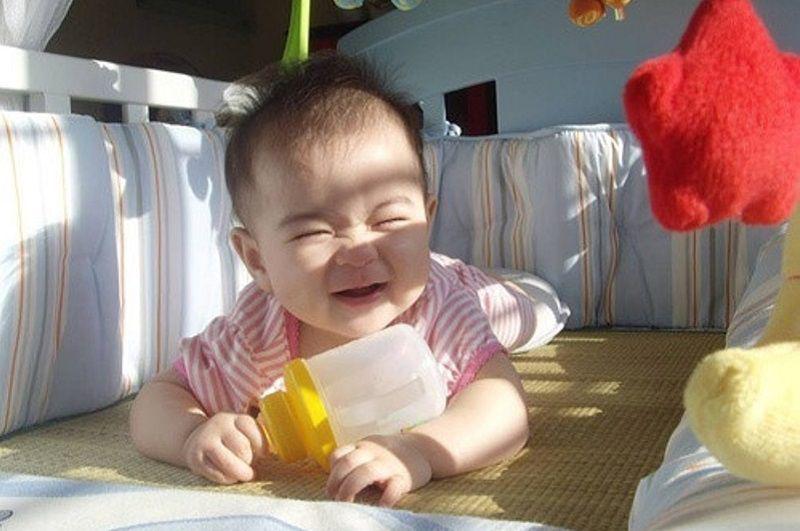 Nên cho trẻ ra ngoài để thay đổi luồng không khí và đón nắng vào trong phòng cho trẻ