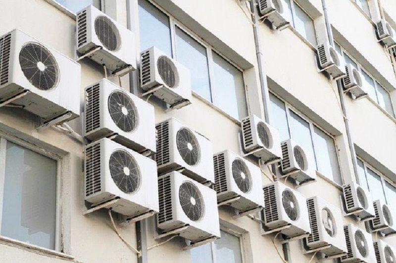 Cục nóng điều hòa được đặt sát nhau và chạy liên tục khiến chúng không thể tản được nhiệt