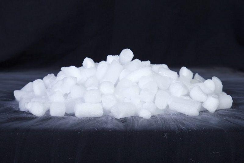 Đá khô là một dạng CO2 ở thể rắn có nhiệt độ cực kì thấp và sẽ thăng hoa trong điều kiện thường