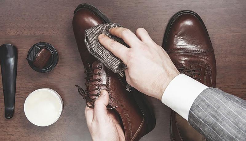 Các loại giày làm bằng da thật, giả da, chất liệu lụa sẽ không thích hợp để giặt máy
