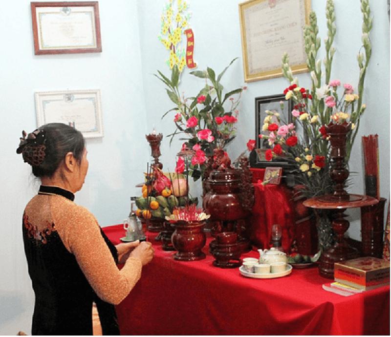 Đọc khấn xin phép tổ tiên cho tiến hành lau dọn bàn thờ