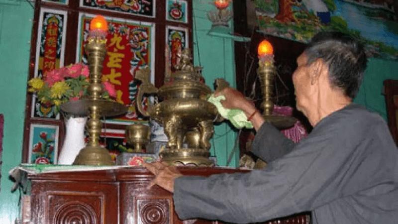 Lau dọn các đồ vật trên bàn thờ cẩn thận, tránh xê dịch