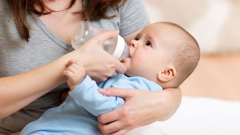 Cho trẻ uống đủ sữa và nước để không bị mất nước trong cơ thể