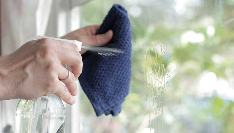 Vệ sinh cửa kình bằng vải nhung và giấm mang đến hiệu quả bất ngờ