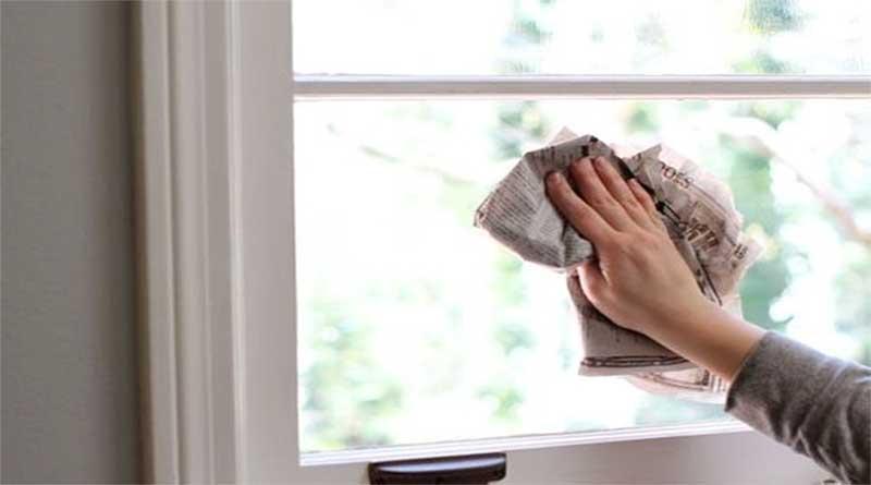 Vệ sinh cửa kính bằng giấy báo là biện pháp thông dụng nhất