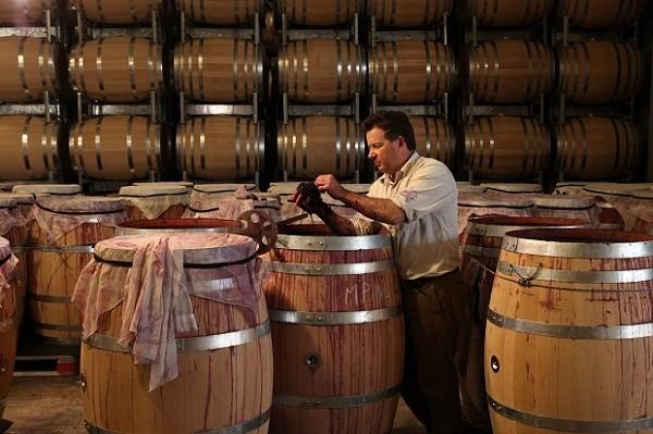 Rượu vang được ủ ròng trong thùng gỗ để cho ra hương vị tuyệt hảo nhất