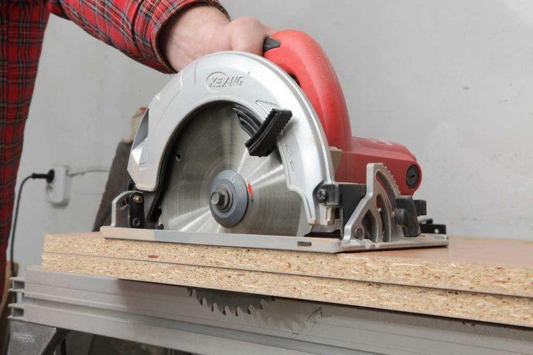 Cưa máy cầm tay khi thi công đồ gỗ